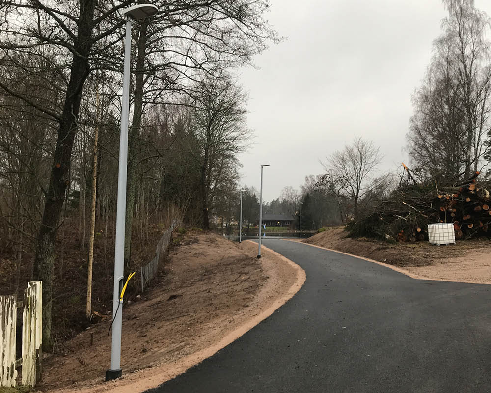 Installation av gatljusstolpe i bostadsområde